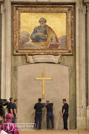 Kibontották a Szent Péter-bazilika Szent Kapuját