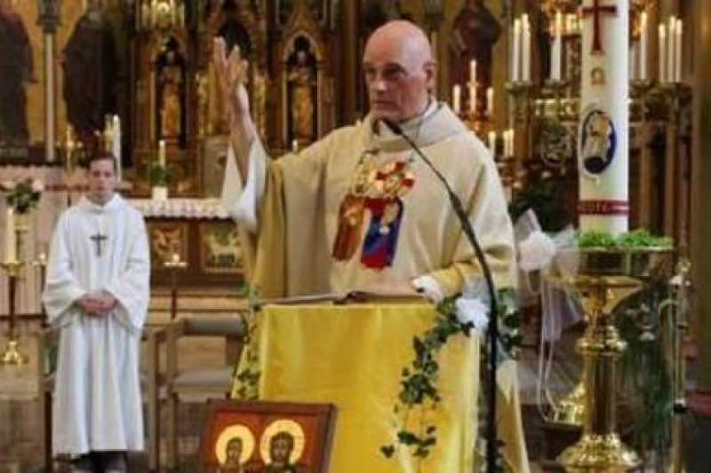 Belga papot késelt meg egy migráns
