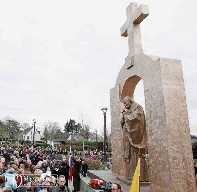Hurrá: Csak a keresztet veszik le, de Szent II. János Pál pápa szobra maradhat