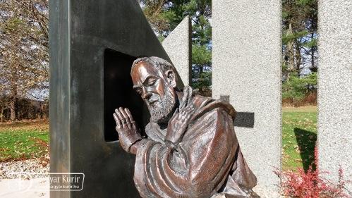 """""""Feloldozlak téged"""" – Pio atya különleges szobra Amerikában"""