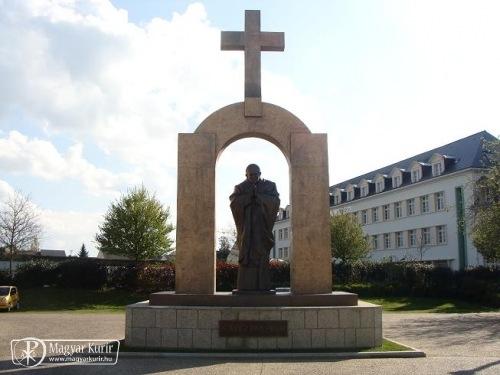 Megmenekül Szent II. János Pál pápa szobra Franciaországban