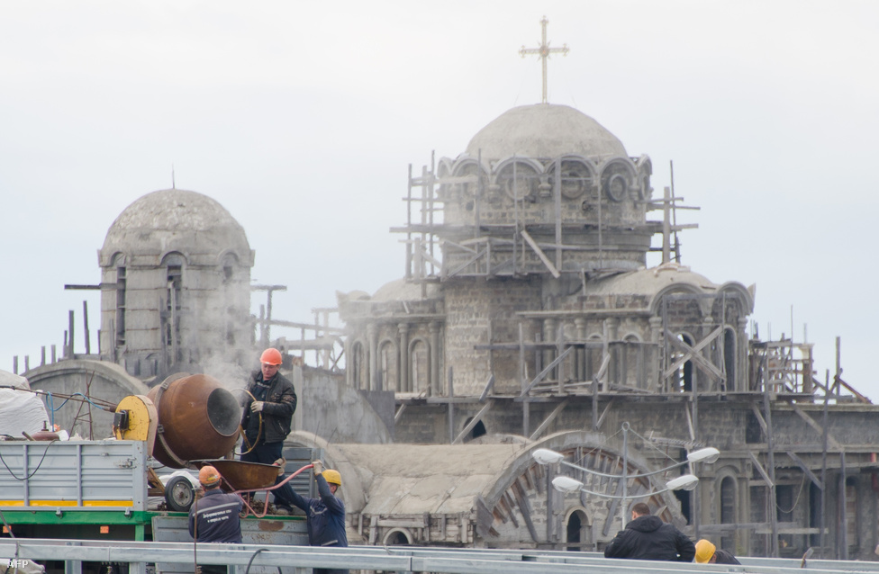 Míg Nyugat-Európában bontják a templomokat, addig Kelet-Európában hála Istennek építik őket