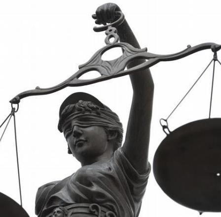 Justitia bekötött szeme - avagy ki fizeti a törvényszolgákat