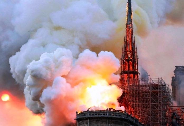 Lángokban áll a párizsi Notre-Dame székesegyház