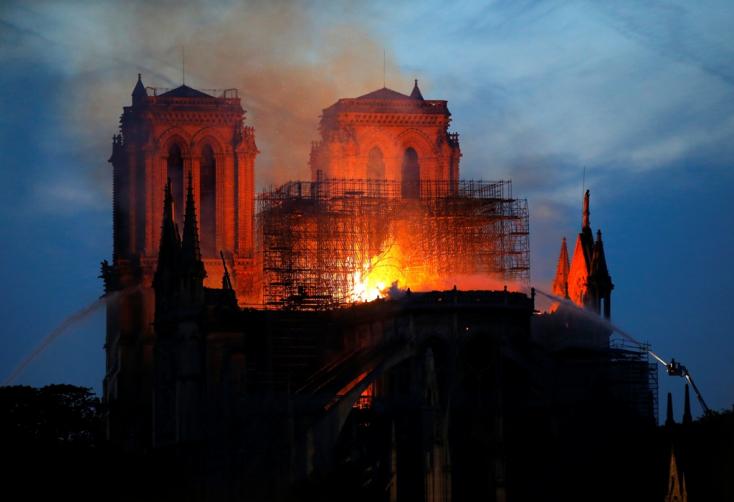 Csak a falak maradtak meg a Notre-Dame-ból (Frissítve!)