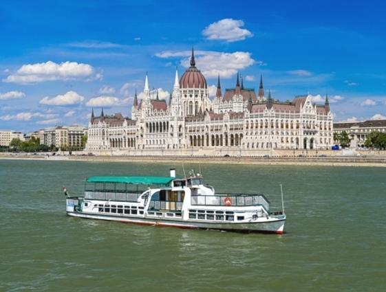 Összeütközött két hajó a fővárosban, a Dunán