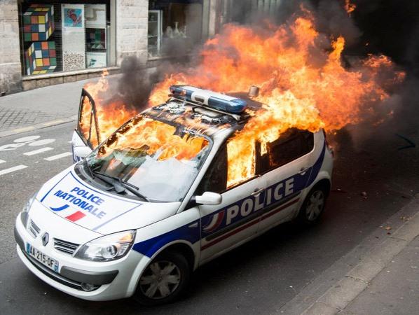 Büntetlenül megtámadhatják, megverhetik a bevándorlók a francia rendőröket